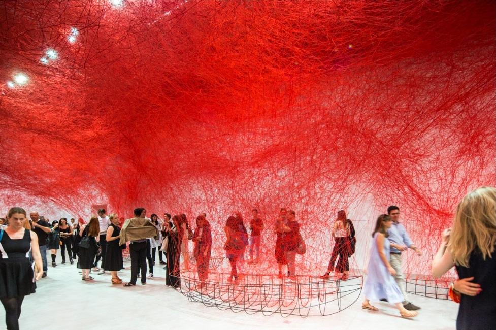 """""""سفر نامعلوم"""" در معماری نمایشگاه Chiharu Shiota"""