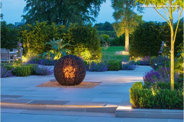 نورپردازی محوطه حیاط و باغ چشماندازی درخشان با تابش ملایم ایجاد میکند