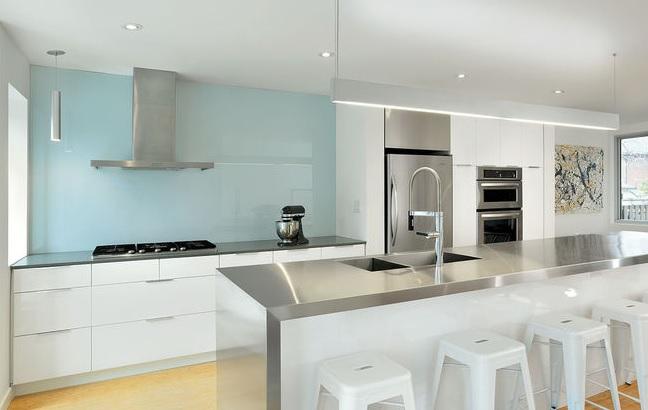 رنگ سفید و آبی اینگونه به آشپزخانه سرزندگی میبخشند  دکوراسیون پویانو