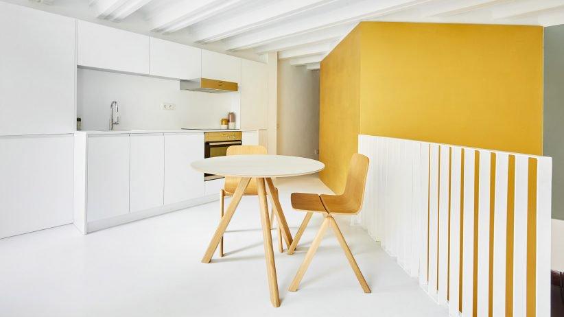 طراحی آپارتمانی دوبلکس با مکعب های طلایی رنگ در مرکز آن/ Raúl Sánchez Architects
