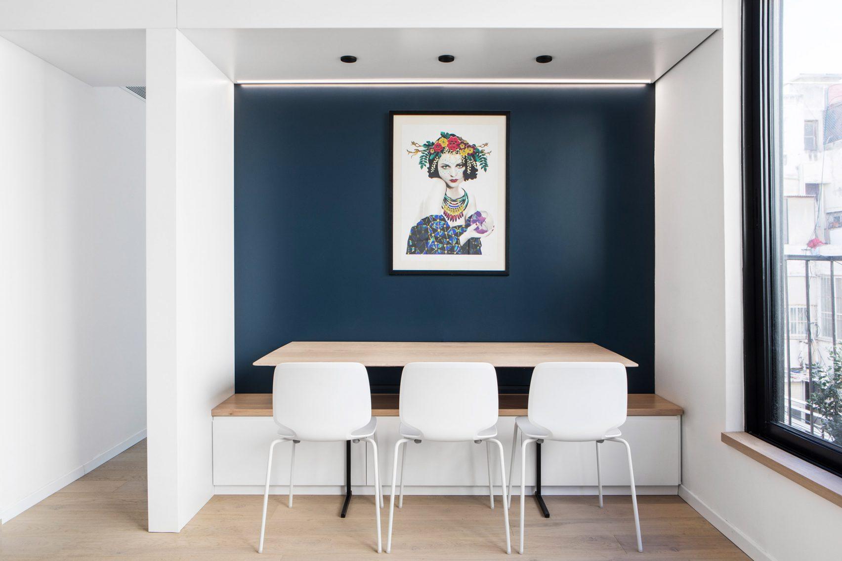 قفسه بجای دیوار های جداکننده برای بهینه سازی فضا در آپارتمان کوچک / Maayan Zusman