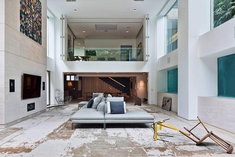 طراحی استخر شنا در نقش نقطه مرکزی آپارتمانی دو طبقه در سائوپائولو / معماری Fernanda Marques