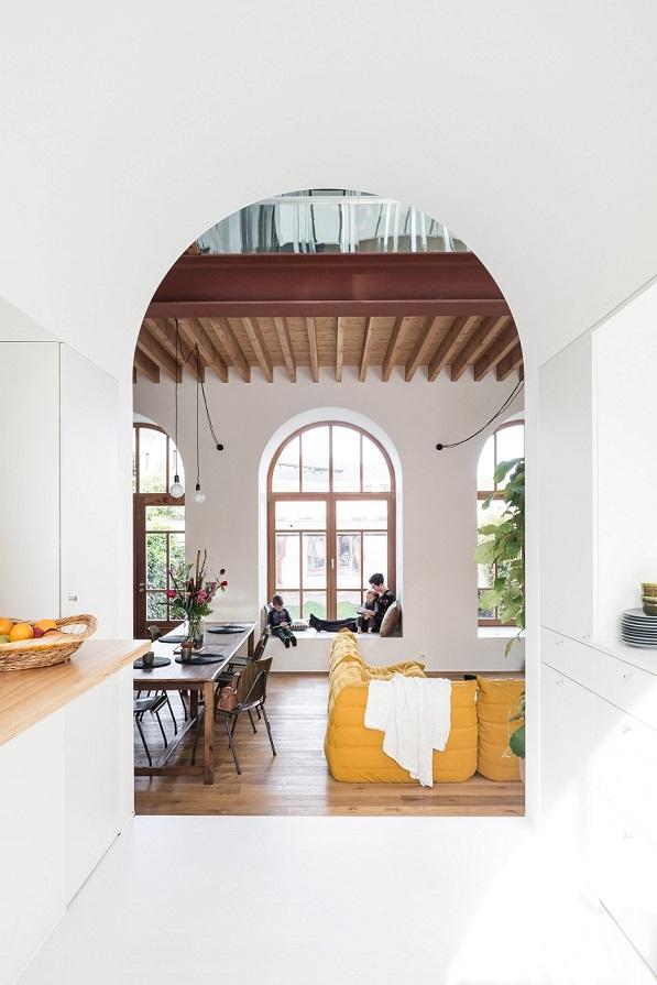 طراحی داخلی خانه با سقف و طاق قوس دار و امتداد بسوی حجم جدید / معماری Vens Vanbelle