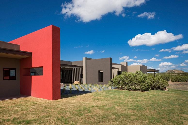 دیوار قرمز رنگ در نما که این خانه بومی را در نیومکزیکو قطع می کند / معماری Archaeo