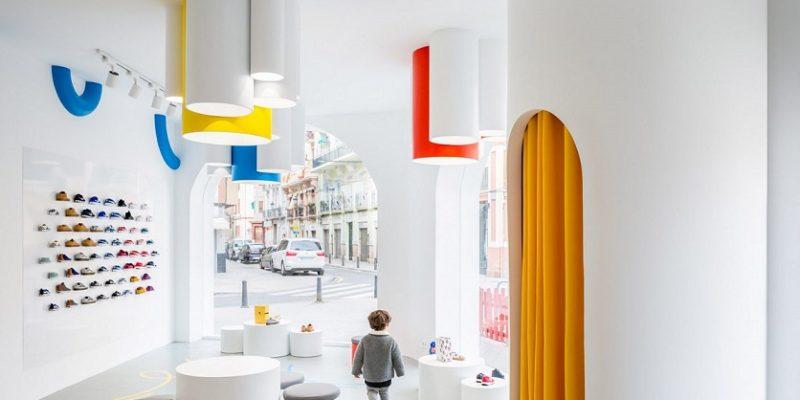 طراحی مغازه کفش کودک Little Stories با بازشوهای قوسی شکل و رنگهای سرزنده / Clap