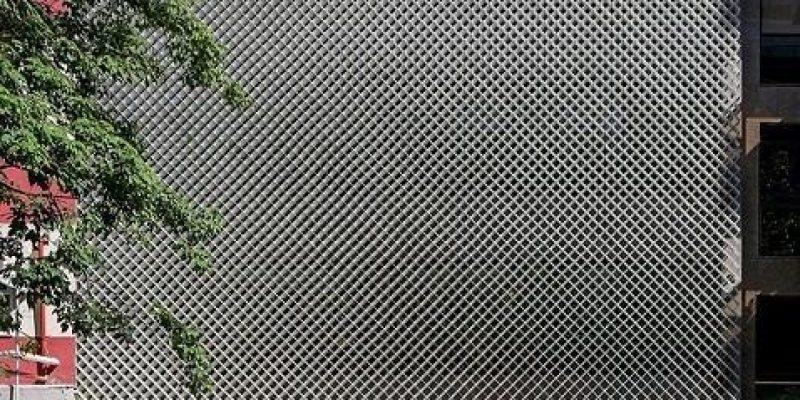 معماری نما دفتر اداری ریو با نمای فلزی مشبک و گیاهان