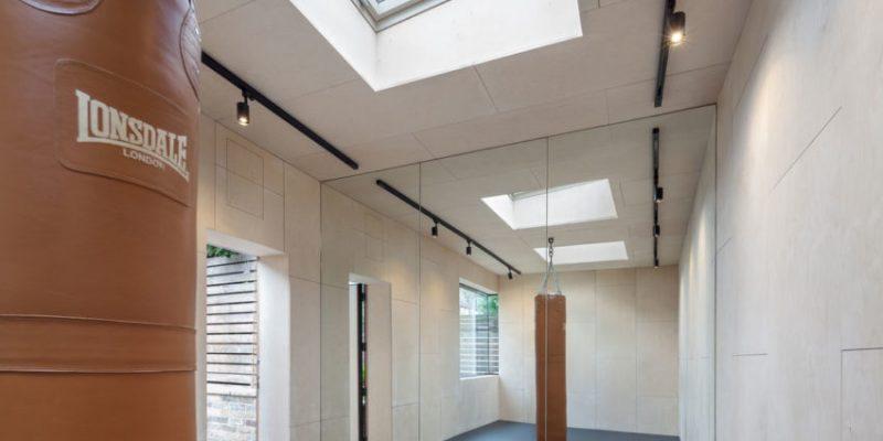طراحی و ساخت باشگاه ورزشی خانگی در حیاط منزل کوچکی در لندن
