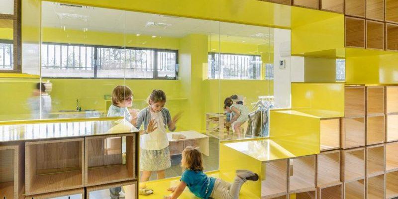 دیوارهایی با مبلمانی یکپارچه و فضاهای خالی زرد رنگ، مشوق بازی بچه ها در مدرسه مادرید / شرکت معماری Rica