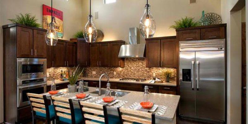 چطور فضای خالی بالای کابینت آشپزخانه را تزئین کنید