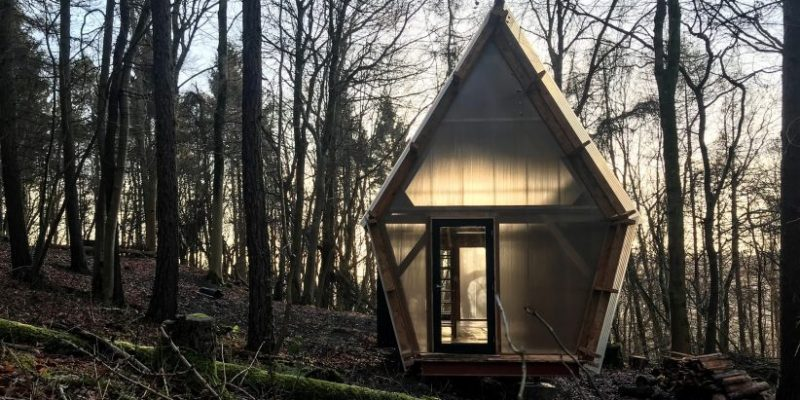 ساخت خانه های ارزان و کوچک با استفاده از چوب و مصالح دورریختنی / معماری Invisible