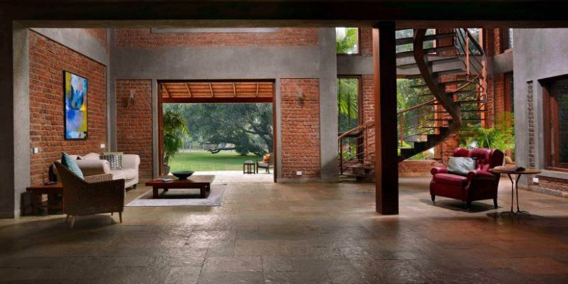 طراحی باغچه در خانه : رویارویی فضاها با باغچهای با درختان میوه در ویلا مانگو / PKA Studio