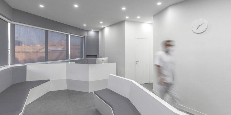 طراحی داخلی کلینیک دندانپزشکی در ایران با دیوارهای زاویه دار / دفتر معماری آینه