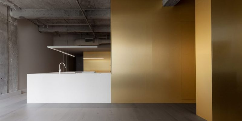 باریکه طلایی رنگ در طراحی داخلی آپارتمان یک موسیقیدان در مونترال