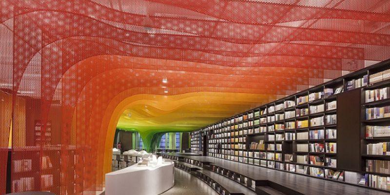 طراحی داخلی کتابفروشی با رنگین کمان فلزی در Suzhou / معماری Wutopia Lab