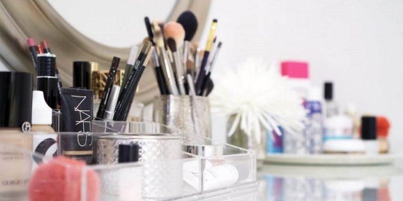چیدمان لوازم آرایش : میز توالت مرتب با روش های ساده