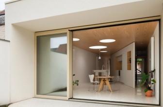 طراحی داخلی خانه مثلثی تراس دار کوچک در گنت /  Fragmenture