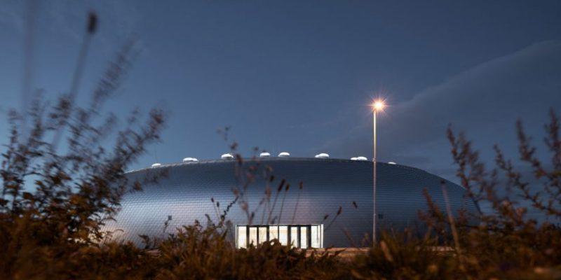 طراحی سالن ورزش تخم مرغی شکل با پوشش ورقه های آلومینیومی / Sporadical Architects