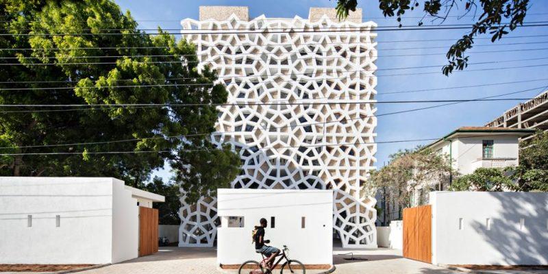 نمای ساختمان با صفحات مشبک سفید رنگ در کنیا / معماری Urke Sanchez Architects