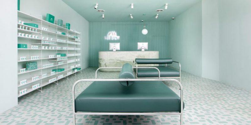 طراحی سالن انتظار داروخانه Medly در بروکلین با رنگهایی از طیف آرامش بخش فیروزهای / Sergio Mannino Studio