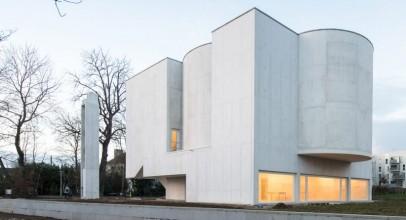 معماری کلیسایی با حجمهای هندسی بتنی در بریتانی / Álvaro Siza Vieira