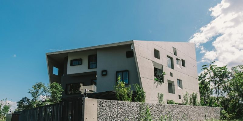 پوشش بتنی نما برای باغچه های درونی « خانه پنجره » با پوسته بتنی زاویهدار / معماری Studio Formzero