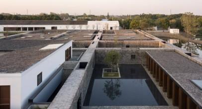 طراحی مسیر ها با دیوار های آجری هتل Yangzhou Retreat / شرکت معماری Neri&Hu