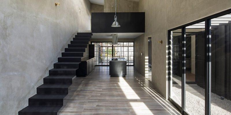 معماری و طراحی پاسیو روباز خانه برای جدا کردن دو بخش ساختمان در کاستاریکا (یکی از جنس بتن و یکی روی)