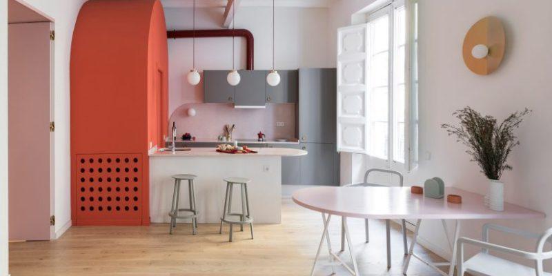طراحی حجم های قوس دار و کمدهای سورمه ای در بازسازی آپارتمان / Colombo and Serboli Architecture