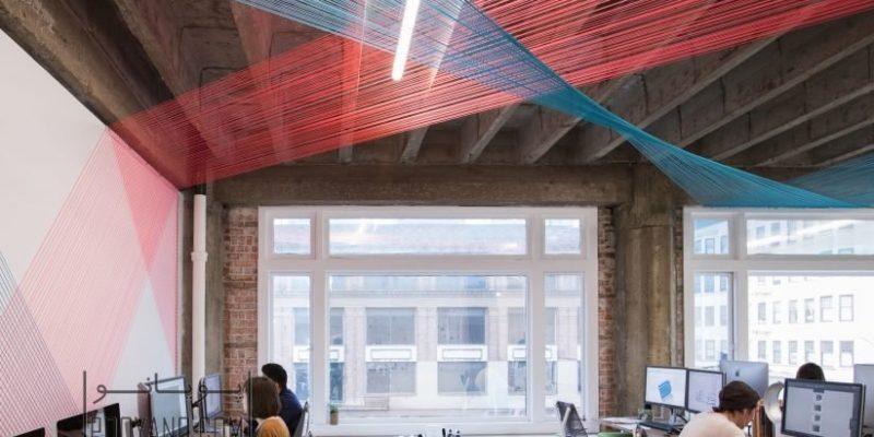 طراحی داخلی با رشته های نخ رنگی در هم بافته شده در دفتر بازسازی شده آژانس طراحی در کالیفرنیا