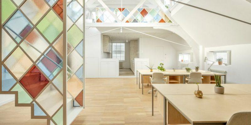 تقسیم فضای دفتر کار با صفحات شیشه ای رنگی در کلیسا قدیمی / معماری Surman Weston