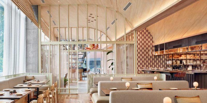 سقف چوبی منحنی بر فراز رستورانی در آستین / Michael Hsu