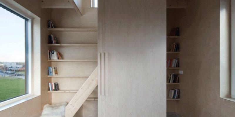 درب های کشویی و مبلمان توکار در بهینه سازی فضا خانه باریک / Ana Rocha Architecture