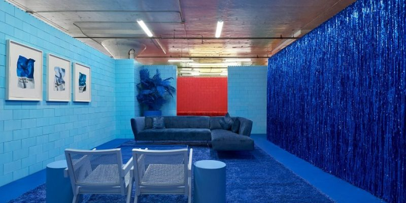 """طراحی داخلی نمایشگاه """"مونوکروم"""" در بروکلین با هفت اتاق تکرنگ در آن / CJ Hendry"""