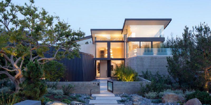 طراحی خانه با پنجره های بزرگ لس آنجلس، مقدار زیادی نور وارد فضا می کند.