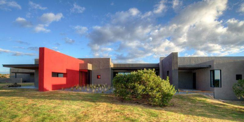 دیوار قرمز رنگ در نما که این خانه بومی را در نیومکزیکو قطع میکند / معماری Archaeo