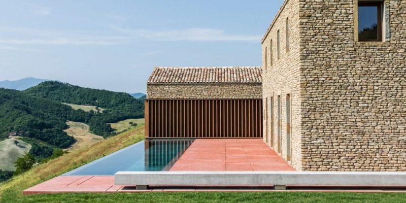 نمای سنگی سنتی خانه با جزییات معاصر در اقامتگاه روستایی ایتالیایی