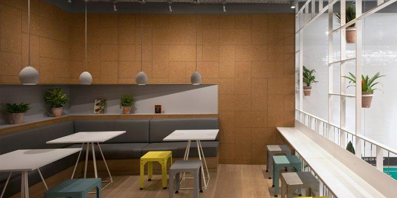 اجرای داربست برای نصب گلدان ها در طراحی داخلی کافی شاپ