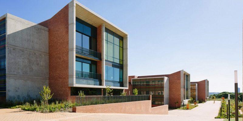 ترکیب بتن و آجر در طراحی نما با طراحی داخلی رنگارنگ و پنجره های بزرگ در بیمارستان مخصوص کودکان نلسون ماندلا