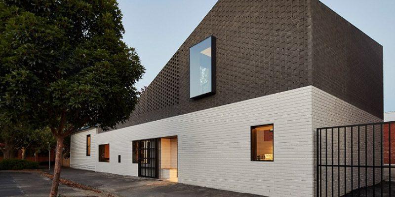معماری و طراحی داخلی خانه محیطی Perimeter در ملبورن که دور تا دور حیاط خصوصی و استخر شنا را احاطه کرده است
