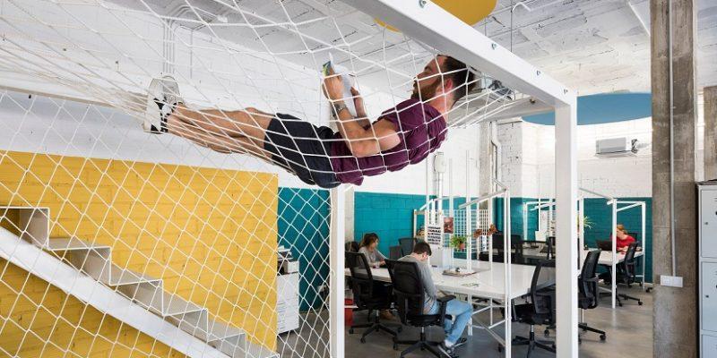 طراحی فضاهای اداری با مبلمان کم هزینه در بارسلونا