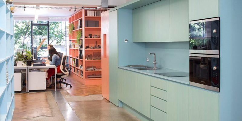 طراحی داخلی دفتر استودیو اینتروبانگ با استفاده از رنگ های متنوع در طراحی اجزای داخلی