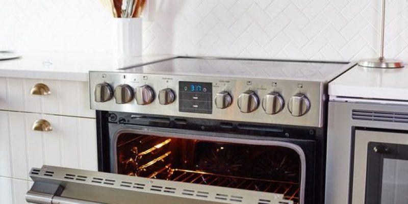 فر آشپزخانه را با استفاده از جوش شیرین تمیز کنید.