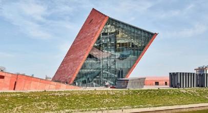 طراحی ورودی موزه جنگ لهستان و شاخص کردن آن با برج قرمز رنگ / معماری توسط Kwadrat