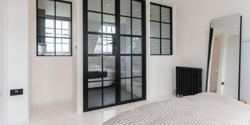 درب های شیشه ای حمام با قاب مشکی و ۱۰ روش بکارگیری آنها