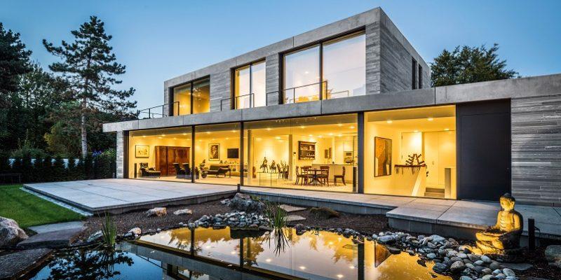 طراحی استخر شنای خانه با  چشم انداز باغ توسط پنجره ای بزرگ