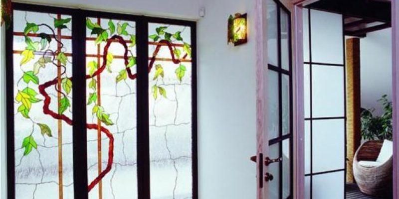 شیشه ویترای ؛ ۳۰ ایده مدرن برای استفاده از شیشههای رنگ آمیزی شده یا شیشه ویترای در دکوراسیون منزل