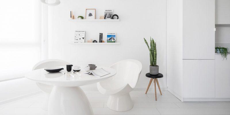 بازسازی آپارتمان کم عرض در تل آویو با یک پالت رنگ تمام سفید / مهندس معمار Yael Perry