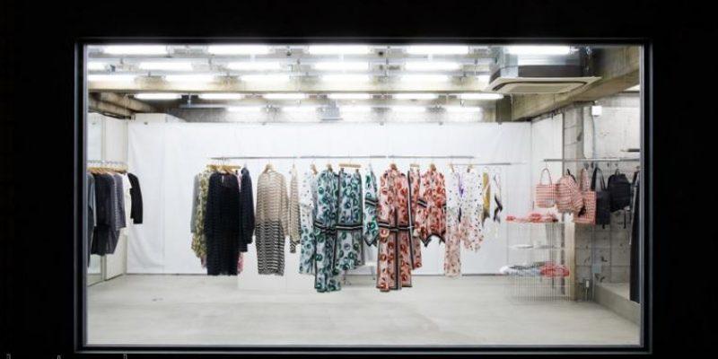 «شماتا آرکیتکتز» در طراحی بوتیک ژاپنی را با ویترینی بزرگ قاب میگیرد