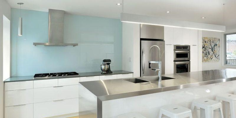 رنگ سفید و آبی اینگونه به آشپزخانه سرزندگی میبخشند