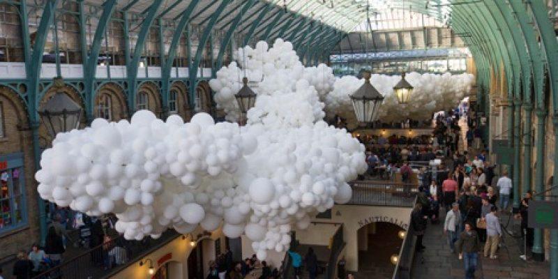 بادکنک های سفید زیر سقف ساختمان تجاری در لندن